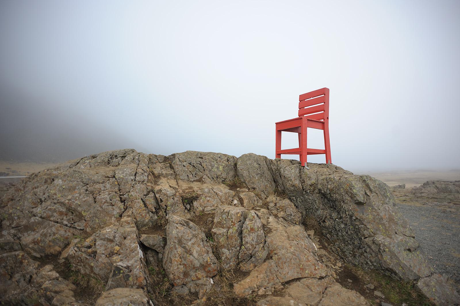 необычная встреча - огромный красный стул на обочине дороги.