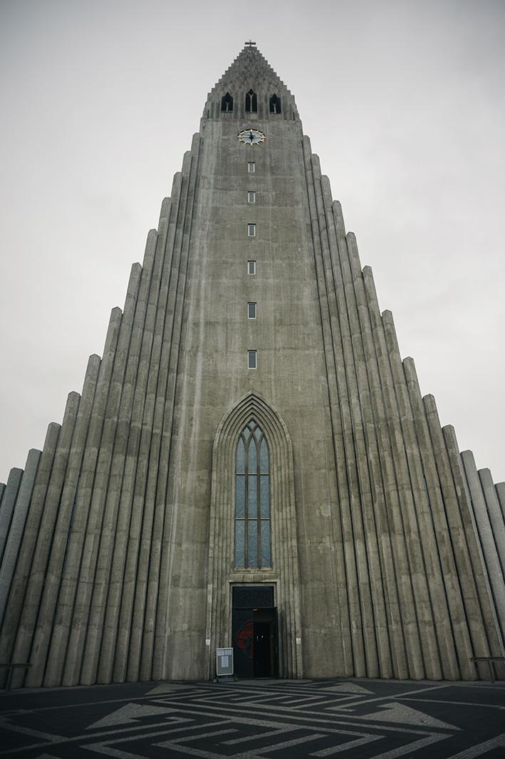 Hallgrimskirkja, Reykjavik. Лютеранская церковь. Высота 74,5м. Дизайн здания очень напоминает исландские базальтовые столбы.