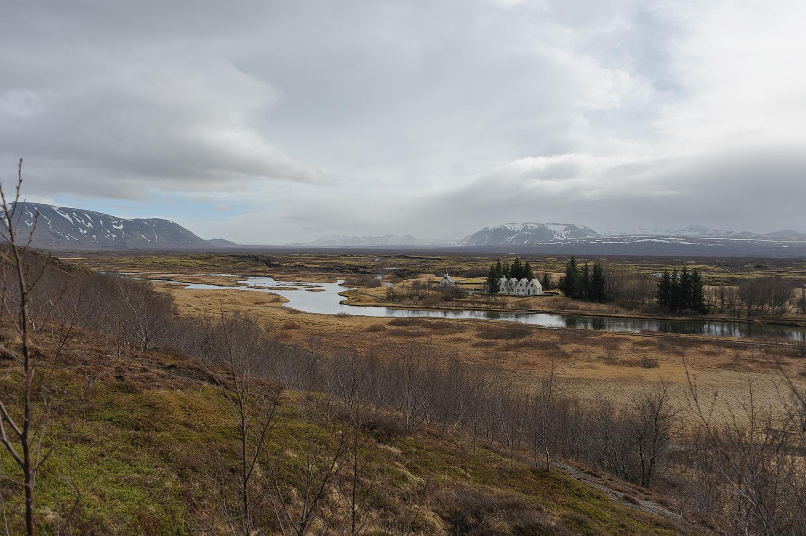 Þingvellir - в этом месте сходятся северо-американская и евразийская литосферные плиты. Получается, что Исландию делят пополам Европа и Америка.