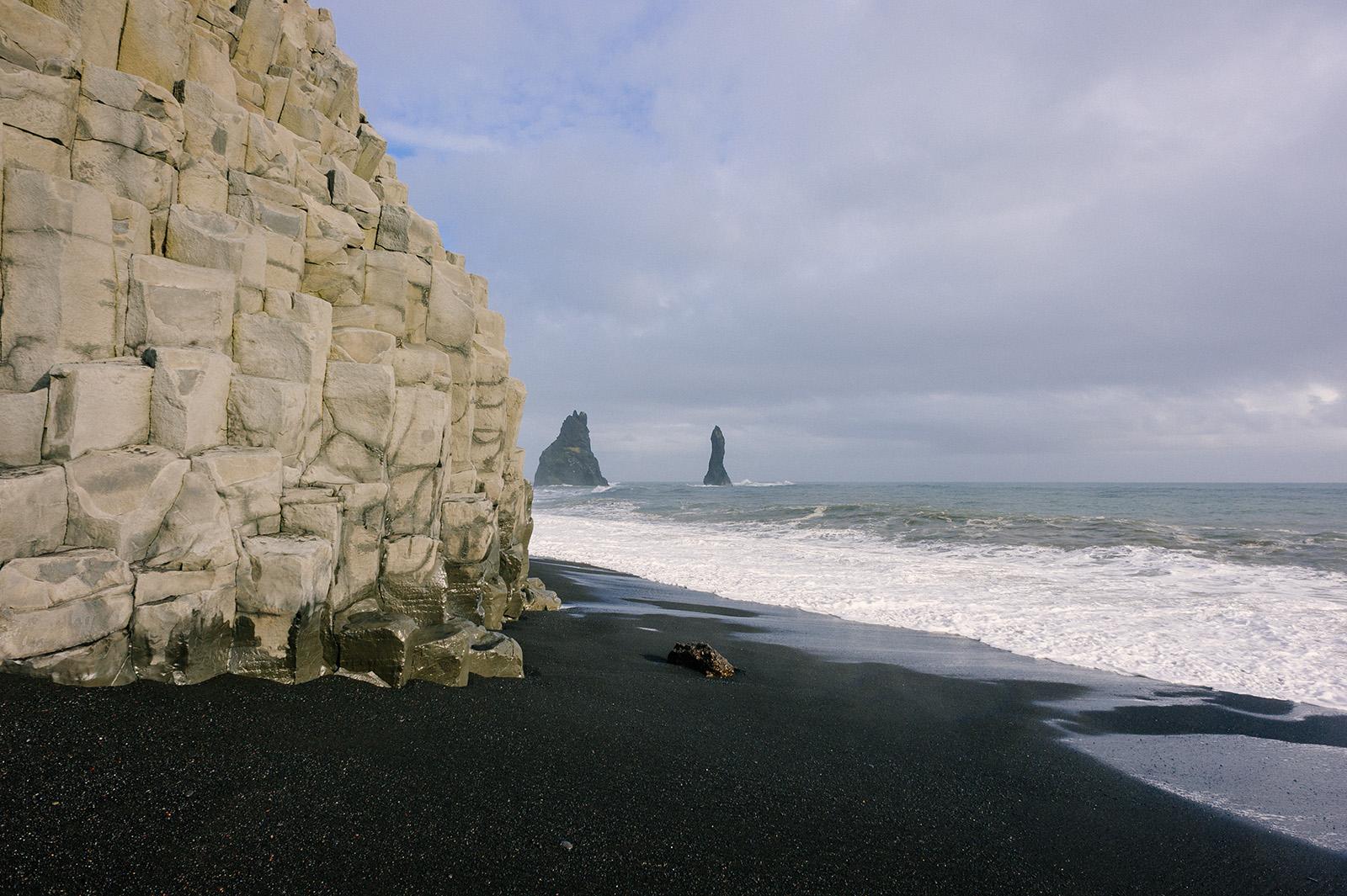 гора Reynisfjall и базальтовые скалы Reynisdrangar.