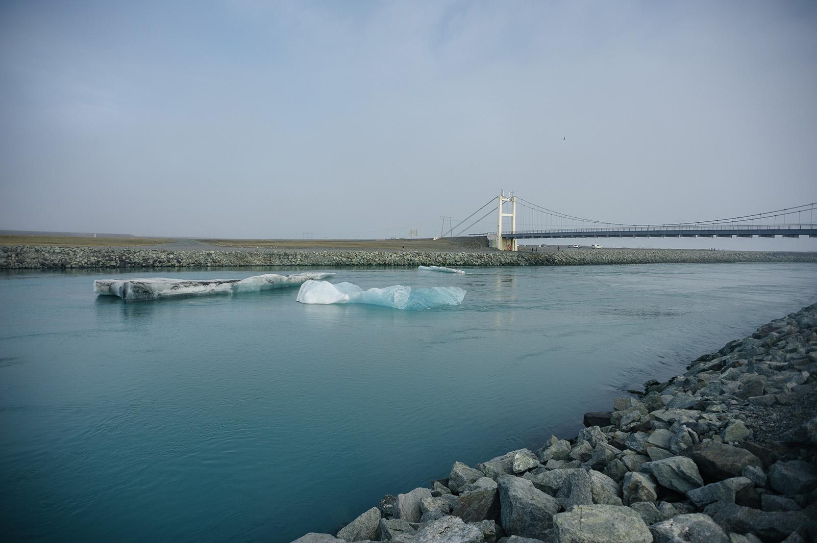 Lake Jökulsárlón - самая большая ледниковая лагуна в Исландии и однополосный мост.