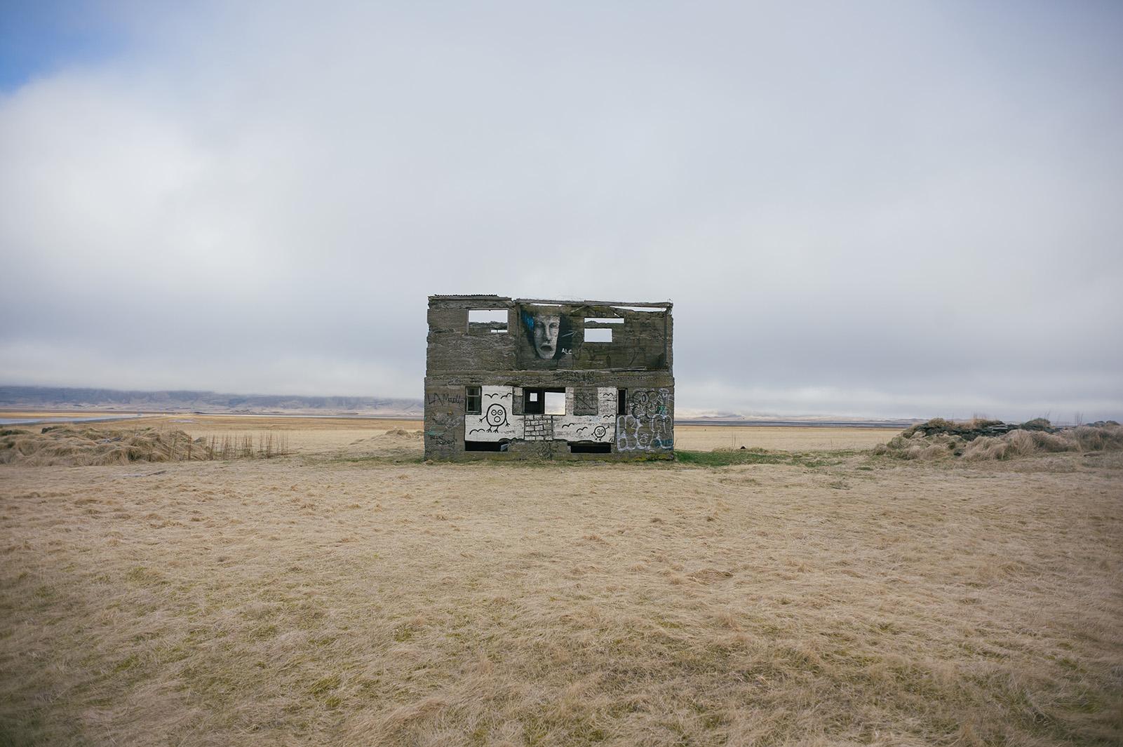 призрачный дом среди бескрайних исландских полей.