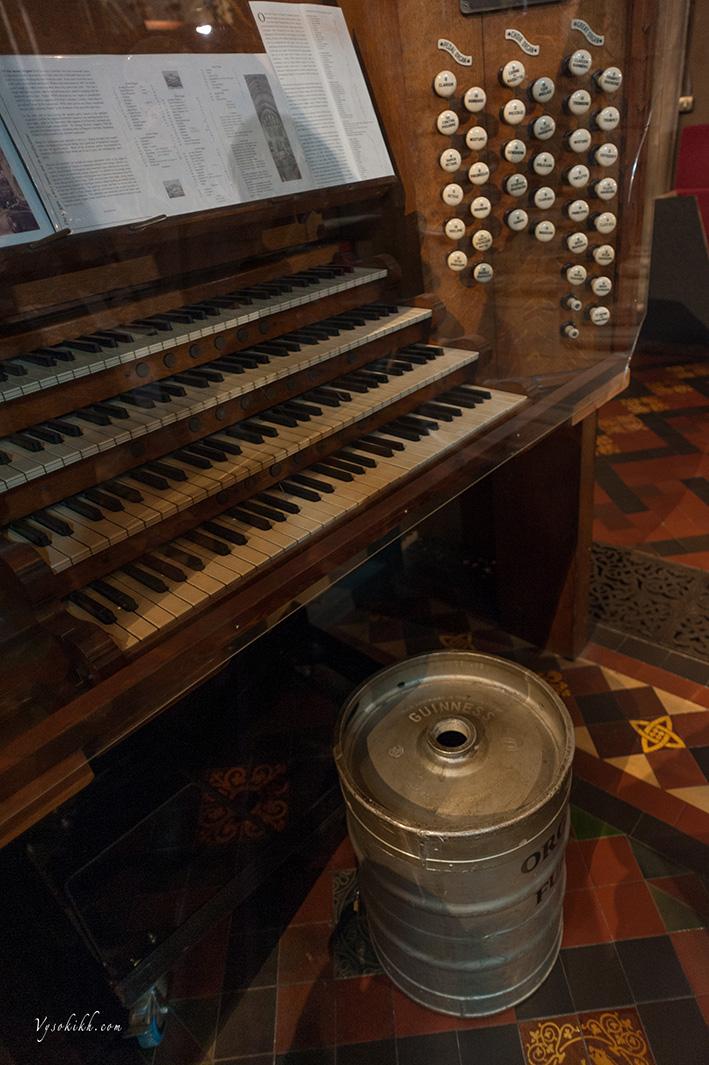 Saint Patrick's Cathedral - кега из под знаменитого ирландского пива Гиннесс служит стулом для местного органиста.
