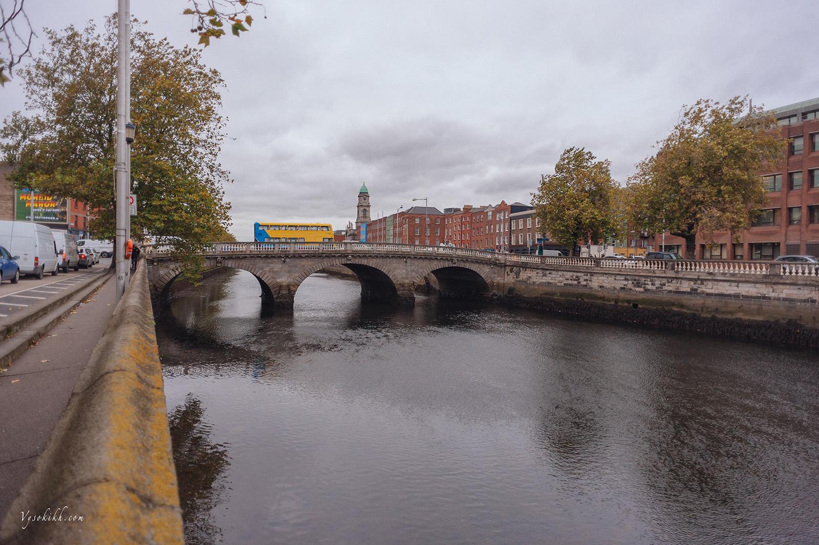 Father Mathew Bridge - мост отца Мэтью через реку Лиффи (Liffey), открыт в 1818 году. Первый предшественник моста был построен на этом месте в 1014 году.