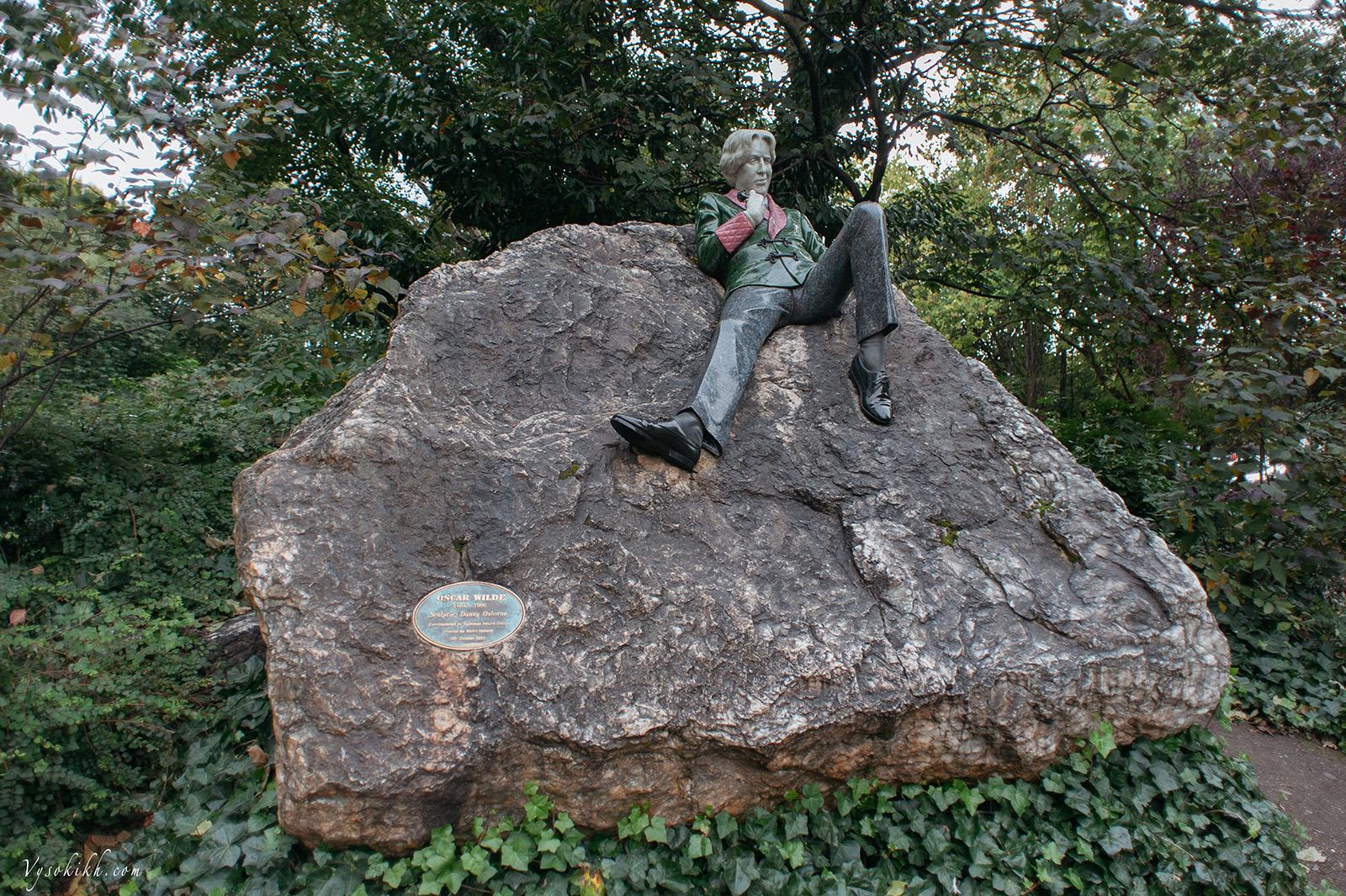 Oscar Wilde in Marrion square - мемориальная скульптура Оскара Уайльда в сквере Мэррион