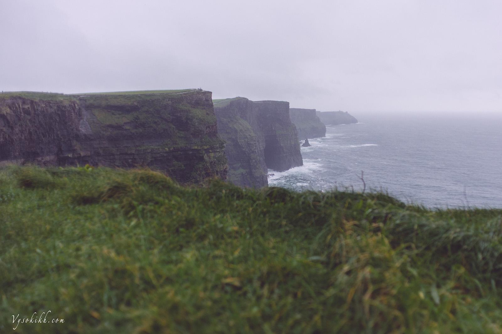 Cliffs of Moher - высота варьируется от 120 до 214 метров.