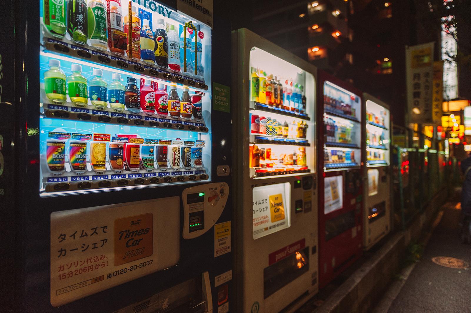 Вендинговые автоматы по продаже всего - визитная карточка Японии. на улицах Токио