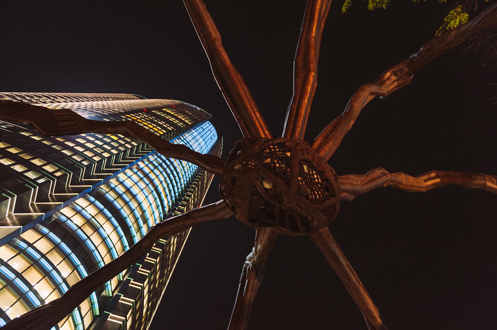 Паук Maman или Mori spider. Квартал Роппонги - центр ночной жизни Токио