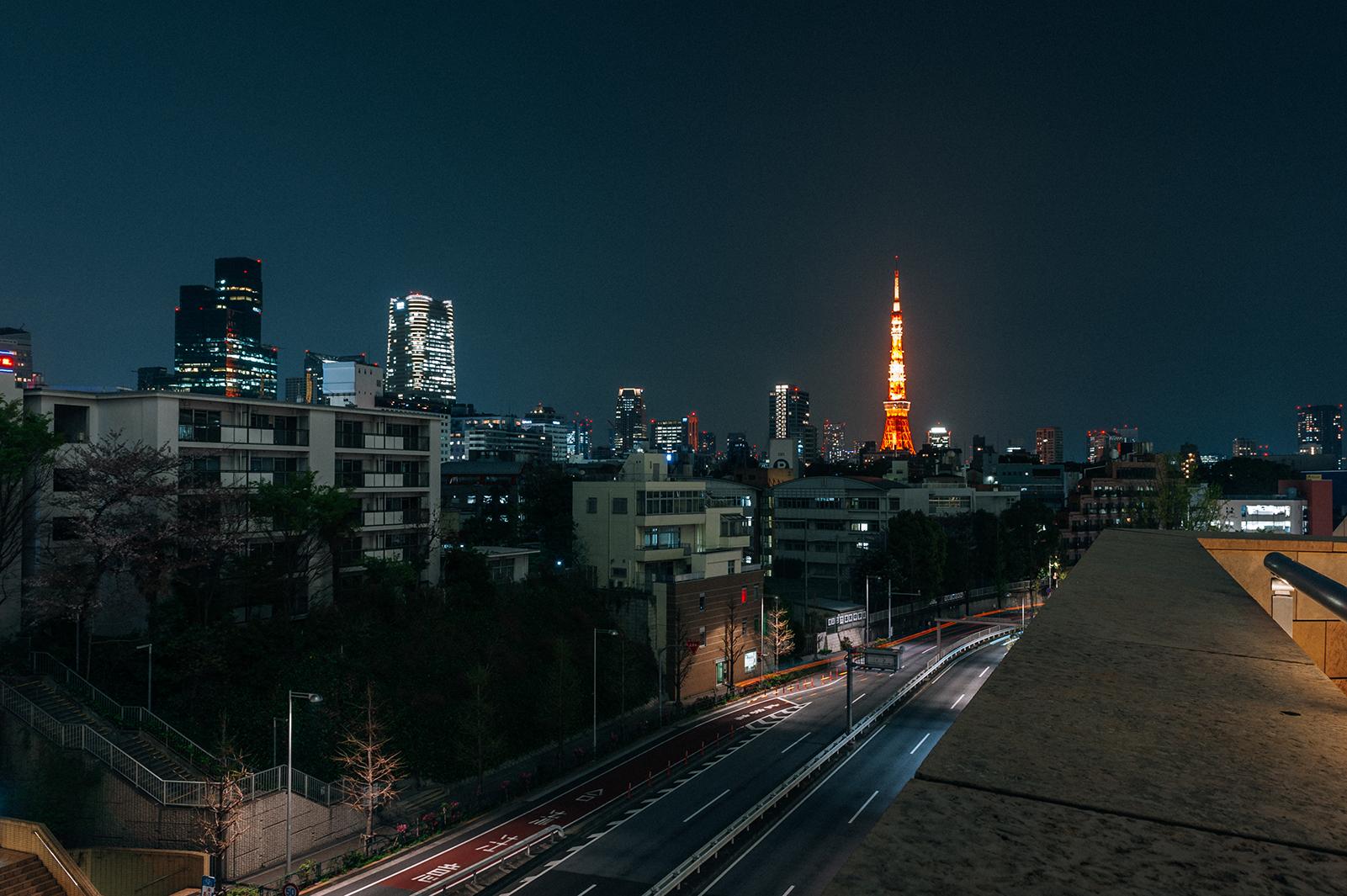 Вид на ночной Токио и телевизионную башню из квартала Роппонги