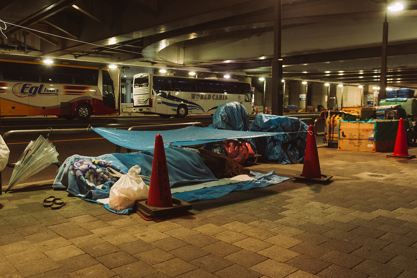 В японии тоже есть бомжи. Где-то под мостом в Токио